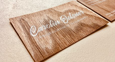 Visitenkarte gedruckt mit digitalem Siebdrucklack auf FSC-Holzfurnier für Carolin Oelsner